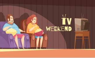 抱着爆米花观看电视的人